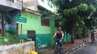 Tinjau Wilayah Banjir, Anies Baswedan Bersepeda Mengitari Bantaran Sungai Ciliwung (Liputan6/Radityo)