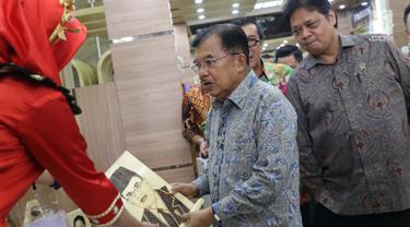 Wapres RI, Jusuf Kalla melihat salah satu hasil kerajinan pada Pameran Produk Unggulan Narapidana di Jakarta, Selasa (26/3). Beragam Produk Unggulan Narapidana dari 33 divisi pemasyarakatan Kanwil Kemenkumham se-Indonesia dipamerkan hingga 29 Maret, mendatang. (Liputan6.com/Helmi Fithriansyah)