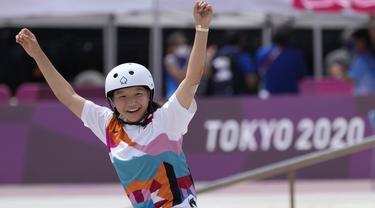 Atlet tuan rumah Jepang, Nishiya Momiji menjadi peraih medali emas pada cabang olahraga skateboard kategori jalanan putri pada Olimpiade Tokyo 2020. Cabang olahraga skateboard sendiri baru menjalani debutnya di Olimpiade edisi kali ini. (Foto: AP/Ben Curtis)
