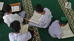 Sejumlah santri membaca Al-Quran di Pesantren Nuu Waar Al Fatih Kaffah Nusantara (AFKN) di Setu, Kabupaten Bekasi, Jawa Barat, Sabtu (1/5/2021). Kegiatan Khatam Al-Quran tersebut dilakukan rutin setiap bulan Ramadhan oleh 750 santri dan santriwati. (Liputan6.com/Herman Zakharia)