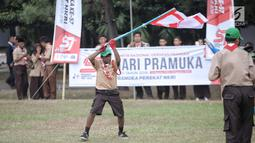 Seorang peserta pramuka menunjukan keahlianya dalam perayaan HUT ke-57 Pramuka di Lapangan Gajah Mada, Cibubur, Jakarta, Selasa (14/8). Perayaan ke-57 Pramuka kali ini mengangkat tema 'Pramuka Perekat NKRI'. (Liputan6.com/Faizal Fanani)