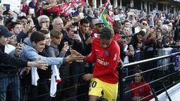 Suporters menyambut kehadiran Neymar dan para pemain PSG sebelum laga Ligue 1 Prancis melawan Guingamp di the Roudourou stadium, Guingamp, (13/8/2017). PSG menang 3-0. (AP/Kamil Zihnioglu)