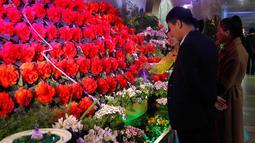 Orang-orang mengunjungi pameran bunga 'Kimjongilia' di Pyongyang, Kamis (14/2). Korea Utara menggelar festival bunga untuk merayakan ulang tahun mendiang mantan pemimpin tertinggi Korea Utara yang juga ayah Kim Jong-un, Kim Jong-il. (AP/Jon Chol Jin)