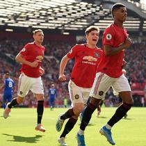 Striker Manchester United Marcus Rashford (kanan) merayakan golnya ke gawang Leicester City pada laga Liga Inggris di Stadion Old Trafford, Manchester, Inggris, Sabtu (14/9/2019). Gol tunggal Rashford membawa MU menang atas Leicester. (Oli SCARFF/AFP)