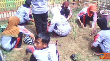 Citizen6, Sumenep: Siswa SMPN 1 Guluk-guluk, Sumenep, Madura, sedang menanam pepohonan di area sekolah, Jumat (25/3). (Pengirim: Suhairi Rachmad)