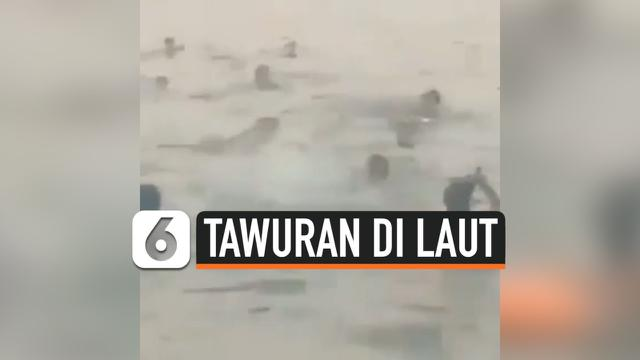 SAMBIL BAWA CELURIT, REMAJA DI CILINCING TAWURAN DI LAUT