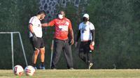 Pelatih Persipura, Jacksen Tiago bersama staff kepelatihan menggunakan masker saat latihan. (Iwan Setiawan/Bola.com)