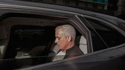 Mantan pelatih Manchester United, Jose Mourinho berada di mobil untuk meninggalkan Lowry Hotel di Manchester, Inggris, (18/12). Mourinho dipecat setelah dua setangah musim melatih Manchester United. (AP Photo / Jon Super)