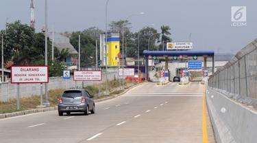 Kendaraan memasuki gerbang tol Kukusan ruas jalan tol Cinere-Jagorawi (Cijago) seksi 2, Depok, Jawa Barat, Sabtu (28/9/2019). Gerbang tol Cijago seksi 2 (Jl Raya Bogor-Kukusan) sepanjang 5,5 km dapat dilalui secara fungsional mulai Sabtu (28/9) pukul 00.00 WIB. (Liputan6.com/Helmi Fithriansyah)