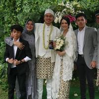 Ray Sahetapy mengunggah foto pernikahan putranya, Rama Sahetapy, dari pernikahannya dengan Dewi Yull (Instagram/@raysahetapy)