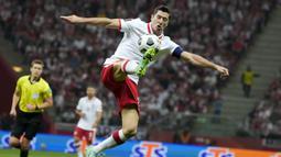 Robert Lewandowski menjadi pemain ketiga pencetak gol terbanyak kualifikasi Piala Dunia 2022 zona Eropa. Ia berhasil membukukan enam gol dan tiga assist dari lima penampilannya bersama Polandia. (Foto: AP/Czarek Sokolowski)