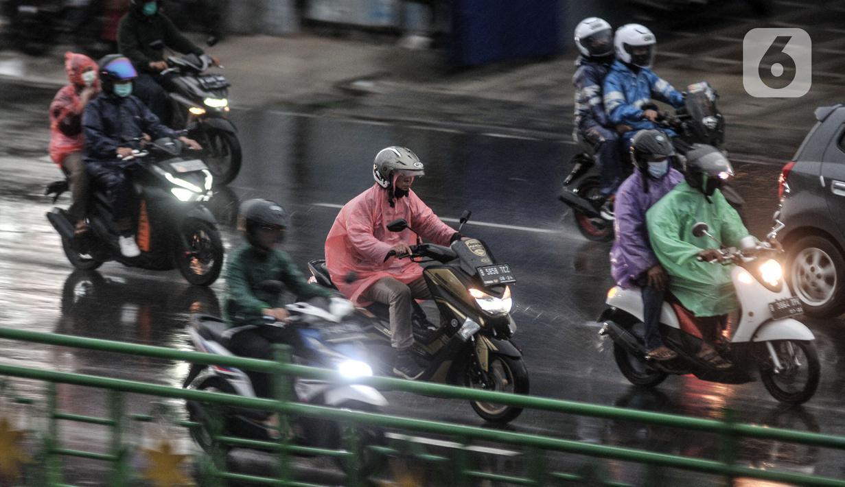 Pengendara sepeda motor melintas saat hujan mengguyur Jakarta, Senin (26/10/2020). BPBD DKI Jakarta mengeluarkan peringatan dini cuaca berupa potensi terjadinya hujan lebat disertai petir dan angin kencang dampak dari siklon tropis Molave hingga 27 Oktober 2020. (merdeka.com/Iqbal S. Nugroho)