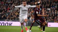 Eden Hazard kembali membela Real Madrid setelah absen karena cedera. Ia tampil dalam laga kontra Celta Vigo di Santiago Bernabeu, Senin (17/2/2020). (AFC/Pierre-Philippe Marcou)