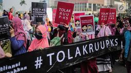 Aktivis Aliansi Gerakan Peduli Perempuan menggelar aksi menolak RUU Penghapusan Kekerasan Seksual (PKS) saat CFD di kawasan Bundaran HI, Jakarta, Minggu (14/7/2019). RUU PKS dianggap masih bermakna rancu terkait budaya, agama, dan norma sosial di masyarakat. (Liputan6.com/Faizal Fanani)