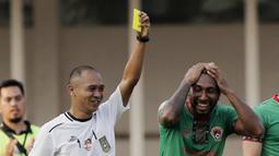 Berawal dari pelanggaran yang dilakukan Patrich Wanggai terhadap Tony Sucipto di kotak penalti Persija pada menit ke-73. (Bola.com/M Iqbal Ichsan)