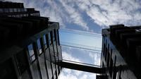 Kolam langit atau sky pool pertama di dunia dengan dasar kaca dan pemandangan dari ketinggian 115 kaki di atas jalanan London, Selasa (27/4/2021). Kolam renang transparan itu diproduksi di Colorado, AS, dan menempuh jarak 5.000 mil ke rumah barunya. (AP Photo/Frank Augstein)
