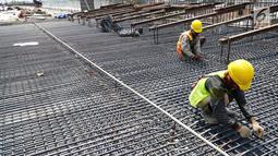 Pekerja menyelesaikan konstruksi proyek pembangunan Jalan Tol Medan - Binjai seksi I di Deli Serdang, Sumatera Utara, Rabu (6/3). Jalan Tol seksi I sepanjang 6,7 KM telah rampung 80 persen dan akan beroperasi pada akhir Tahun 2019. (Liputan6.com/HO/Eko)