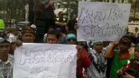 Guru Honorer se Jawa Barat melakukan unjuk rasa menuntut UMR diberikan oleh Ahmad Heryawan di depan Kantor Gubernur Jawa Barat, Jalan Dipenogoro, Bandung, Senin (31/10). (Arie Nugraha/Liputan6.com)