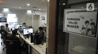 Aktivitas pegawai pada hari pertama kerja di tengah pembatasan sosial berskala besar (PSBB) masa transisi di Badan Kepegawaian Daerah, Balai Kota DKI Jakarta, Senin (8/6/2020). PNS di lingkungan Pemprov DKI kembali mulai bekerja di kantor dengan sistem shifting. (merdeka.com/Iqbal S Nugroho)