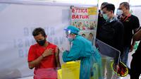 Ekspresi gelandang garang Persis Solo, Muhammad Shulton Fajar yang ikut didampingi Wali Kota Surakarta, Gibran Rakabuming Raka saat vaksinasi di RS dr. Oen Surakarta, Jumat (28/5/2021). (Dok Humas Pemkot Surakarta)