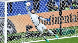 Hugo Lloris - Pemain Timnas Prancis ini mampu melakukan empat kali cleansheet sepanjang putaran final Euro Sepanjang 1020 menit pertandingan ia hanya mencatat sepuluh kali kebobolan. (Foto: AFP/Philippe Lopez)