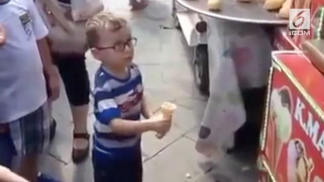 Seorang bocah dipermainkan penjual es krim Turki. Es krim dibolak-balik hingga membuat bocah tersebut marah dan menangis.