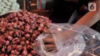 Aktivitas pedagang merapikan bawang merah di Pasar Induk Kramat Jati, Jakarta, Rabu (17/6/2020). Penerapan PSBB yang diberlakukan sejak April-Juni 2020 menyebabkan harga bawang merah merangkak naik Rp 45 ribu-Rp60 ribu per kilogram akibat kelangkaan di daerah pemasok. (merdeka.com/Iqbal S. Nugroho)