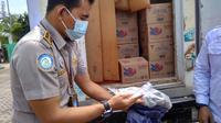 KKP menyerahkan bantuan 2,2 ton ikan kepada panti asuhan dan masyarakat terdampak pandemi Covid-19 di kota Batam. (Liputan6.com/ Ajang Nurdin)