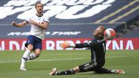 Striker Tottenham Hotspur, Harry Kane, mencetak gol ke gawang Leicester City pada laga Premier League di London, Minggu (19/7/2020). Tottenham Hotspur menang tiga gol tanpa balas. (Adam Davy/Pool Photo via AP)