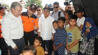 Wakil Presiden Jusuf Kalla dan Sekretaris Jenderal PBB Antonio Guterres mendengarkan penjelasan Kepala BNPB Willem Rampangilei (tengah) saat menemui korban gempa dan tsunami Palu di Sulawesi Tengah, Jumat (12/10). (Liputan6.com/HO/Tim Media Wapres)