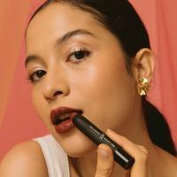 Putri Marino berkolaborasi dengan Rollover Reaction merilis dua produk lipstik bernuansa merah, rahasia kepercayaan dirinya. Sumber foto: Instagram Rollover Reaction.