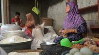 Pedagang beras di pasar tradisional Cinangsi Kabupaten Cilacap, Jawa Tengah. (Foto: Liputan6.com/Muhamad Ridlo)