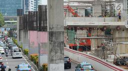 Kondisi lalu lintas sekitar proyek pembangunan LRT Jabodebek di Jalan Rasuna Said Kuningan, Jakarta, Kamis (14/2). Pembangunan LRT Jabodebek fase I membentang dari Cibubur-Cawang, Bekasi Timur-Cawang kemudian Cawang-Dukuh Atas.(Merdeka.com/Imam Buhori)