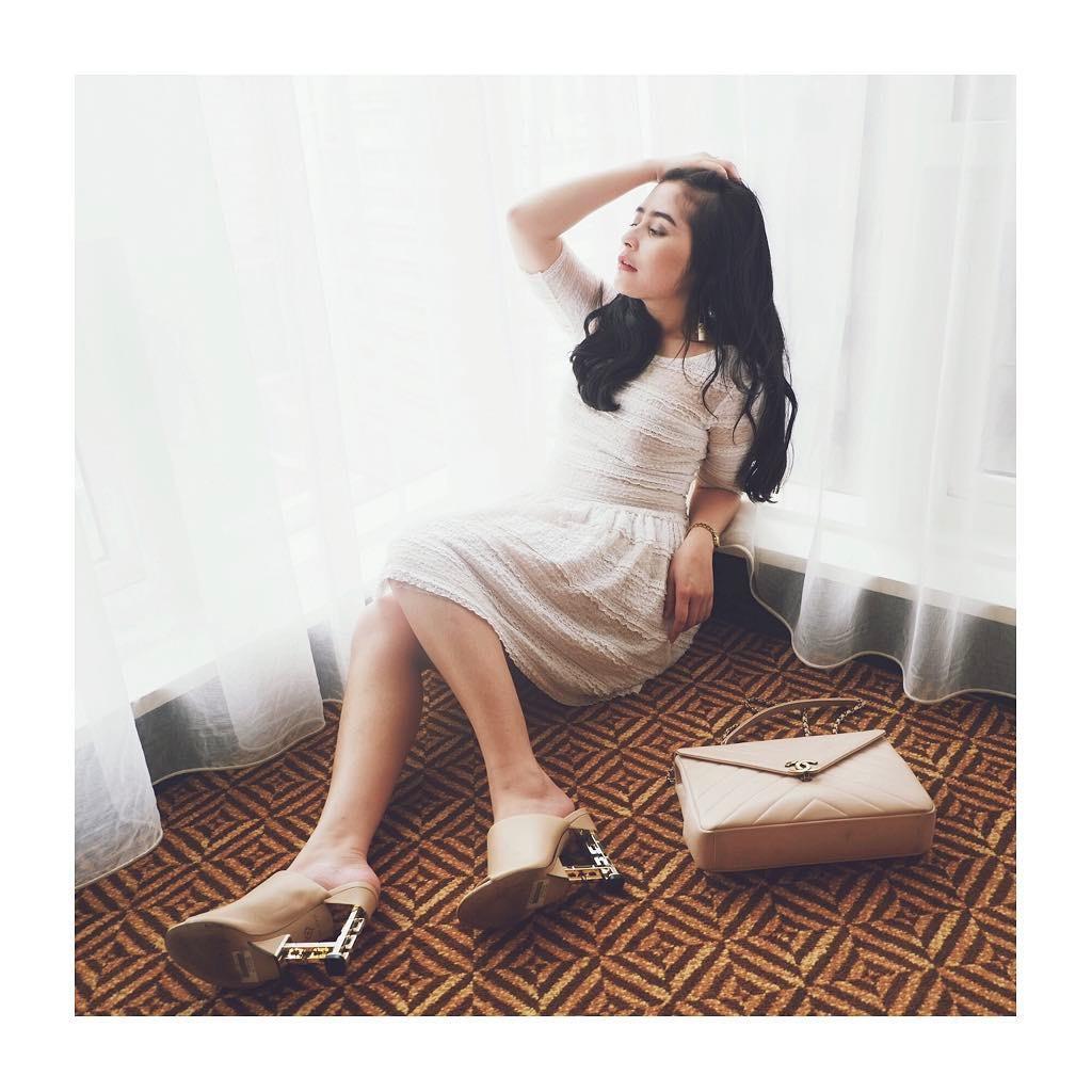 OOTD Prilly Latuconsina dengan tas branded. (sumber foto: @prillylatuconsina96/instagram)