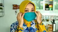 Istri Ridwan Kamil, Atalia Praratya tengah menampilkan cara membuat masker tanpa dijahit. (dok. Instagram @ridwankamil/https://www.instagram.com/p/B-s4eP0HPwt/?hl=en/Putu Elmira)