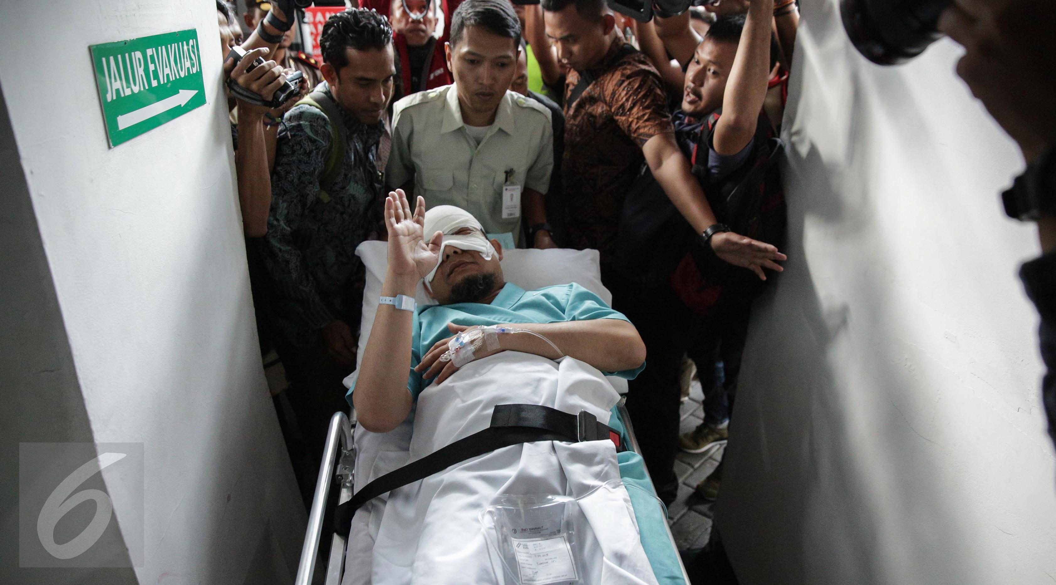 Penyidik KPK, Novel Baswedan tiba di RS Jakarta Eye Center (JEC), Menteng, Jakarta, Selasa (11/4). Pemindahan Novel Baswedan RS JEC agar mendapatkan perawatan yang lebih intensif untuk matanya. (Liputan6.com/Faizal Fanani)