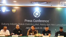 Kepala Seksi Tarif Cukai dan Harga Dasar II Ditjen Bea Cukai Agus Wibowo (tengah) berbicara dalam peluncuran rokok elektrik NCIG oleh Nasty dan Hex di Jakarta, Jumat (22/3). Pemerintah menerapkan tarif cukai pada rokok elektrik. (Liputan6.com/HermanZakharia)