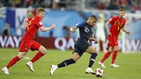 Striker Prancis, Kylian Mbappe, melewati pemain Belgia pada laga semifinal Piala Dunia di Stadion St Petersburg, Selasa (10/7/2018). Prancis menang 1-0 atas Belgia. (AP/David Vincent)