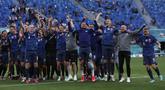 Para pemain Slovakia melakukan selebrasi usai pertandingan grup E Euro 2020 melawan Polandia di stadion Saint Petersburg di St. Petersburg, Rusia, Senin (14/6/2021). Slovakia menang tipis atas Polandia 2-1. (Evgenya Novozhenina/Pool via AP)