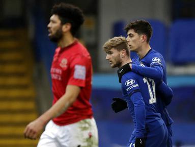 Striker Chelsea, Timo Werner, melakukan selebrasi bersama Kai Havertz usai mencetak gol ke gawang Morecambe pada laga Piala FA di Stadion Stamford Bridge, Minggu (10/1/2021). Chelsea menang dengan skor 4-0. (AP/Matt Dunham)