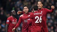 Para pemain Liverpool merayakan gol yang dicetak Roberto Firmino ke gawang Manchester City pada laga Premier League di Stadion Etihad, Manchester, Kamis (4/1). City menang 2-1 atas Liverpool. (AFP/Paul Ellis)