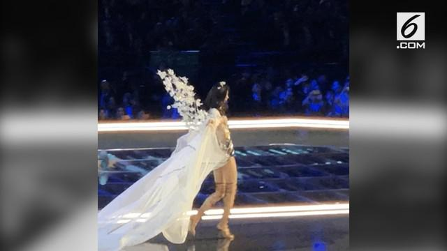 Ming Xi, model Victoria's Secret terjatuh ketika sedang berjalan di atas panggung.