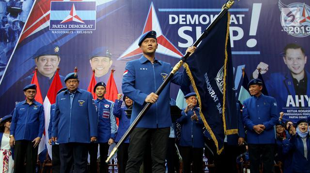 Agus Harimurti Yudhoyono (AHY) memegang bendera saat pengukuhan sebagai Komandan Satuan Tugas Bersama (Kogasma) oleh Ketua Umum Partai Demokrat Susilo Bambang Yudhoyono, untuk Pemilukada dan Pilpres 2019, Jakarta, Sabtu (17/2). (Liputan6.com/Johan Tallo)