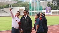 Menpora, Imam Nahrawi berswafoto dengan Presiden Jokowi beserta Menteri PUPR, Kepala Bekraf, dan Ketua Inasgoc saat meninjau sejumlah venue Asian Games 2018 di Kompleks Gelora Bung Karno, Jakarta, Senin (25/6). (Liputan6.com/Angga Yuniar)