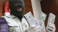 Uang USD 25 ribu yang diamankan KPK telah diterima oknum pejabat PT PAL merupakan bagian dari komitmen fee yang berjumlah 1,25 persen dari total nilai kontrak, Jakarta, Jumat (31/3).(Liputan6.com/Helmi Afandi)