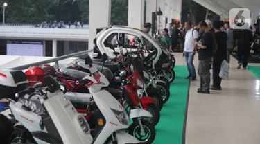 Deretan motor modifikasi dipamerkan dalam IIMS Motobike Expo 2019 di Istora Senayan, Jakarta, Jumat (29/11/2019). IIMS Motobike Expo 2019 diikuti belasan merek sepeda motor dan sejumlah bengkel modifikasi. (Liputan6.com/Faizal Fanani)