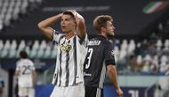 Reaksi bintang Juventus Cristiano Ronaldo saat menghadapi Olympique Lyon pada babak 16 besar Liga Champions di Allianz Stadium, Sabtu (8/8/2020) dini hari WIB. (AP Photo / Antonio Calanni)