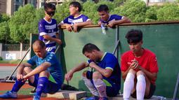 Pemain tim sepak bola tunanetra Provinsi Jiangsu beristirahat saat sesi pelatihan Nantong di provinsi Jiangsu timur China (19/8/2019). Semua pemain dari tim sepak bola tunanetra ini sudah dalam perdagangan pijat. (Cheng Yajing/Jiangsu Provincial Blind Football Team/AFP)