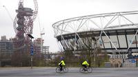Pengendara sepeda melewati Taman Olimpiade, London, Inggris, 12 Januari 202. Perdana Menteri Inggris Boris Johnson dikritik setelah laporan bahwa dia bersepeda sekitar tujuh mil dari rumahnya, padahal ada larangan terkait COVID- 19. (Aaron Chown/PA via AP)