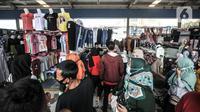 Pengunjung memilih pakaian di Skybridge Pasar Tanah Abang, Jakarta, Rabu (28/4/2021). Pedagang mengaku penjualan meningkat hingga 50 persen dibandingkan bulan sebelumnya. (merdeka.com/Iqbal S. Nugroho)